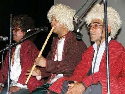 خوانندگان و نوازندگان از راست به چپ: عبدالرحمان فراخی، موخی ایری و قارا اونق