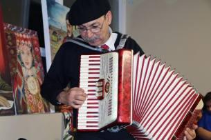 اجرای قطعاتی از موسیقی ترکمنی از جانب دکتر اونق
